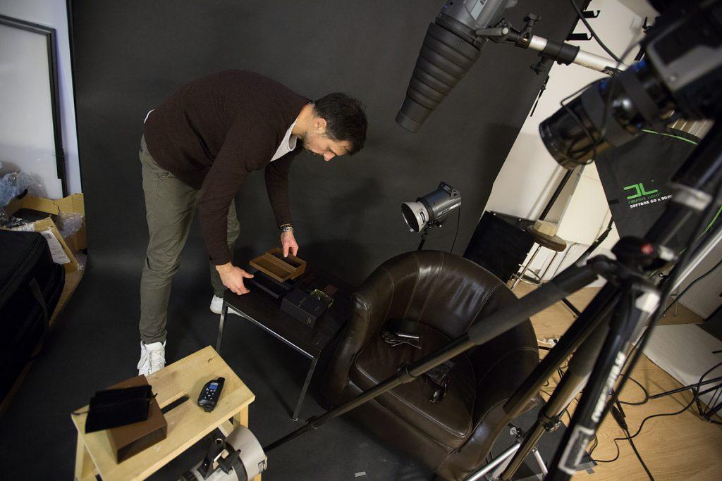 Ljussättning för parfymfotografering i studio, Fotograf Markus Pettersson, SHOOT IT Film & Foto i Örebro