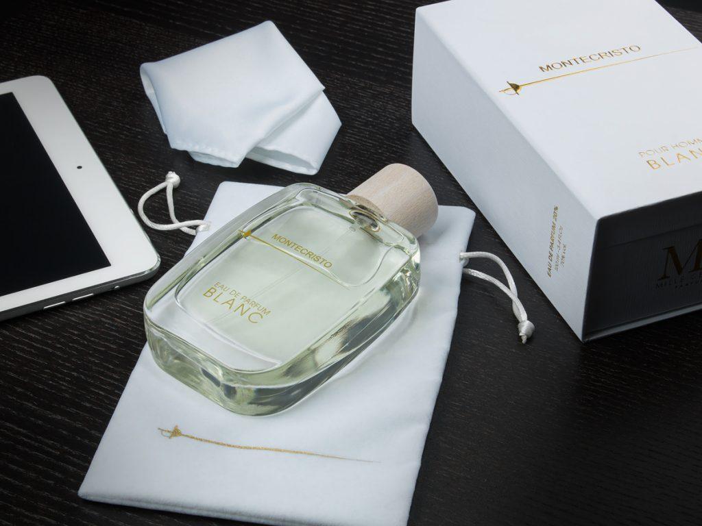 Montecristo parfymflaska med accessoarer från parfymfotografering i studio.