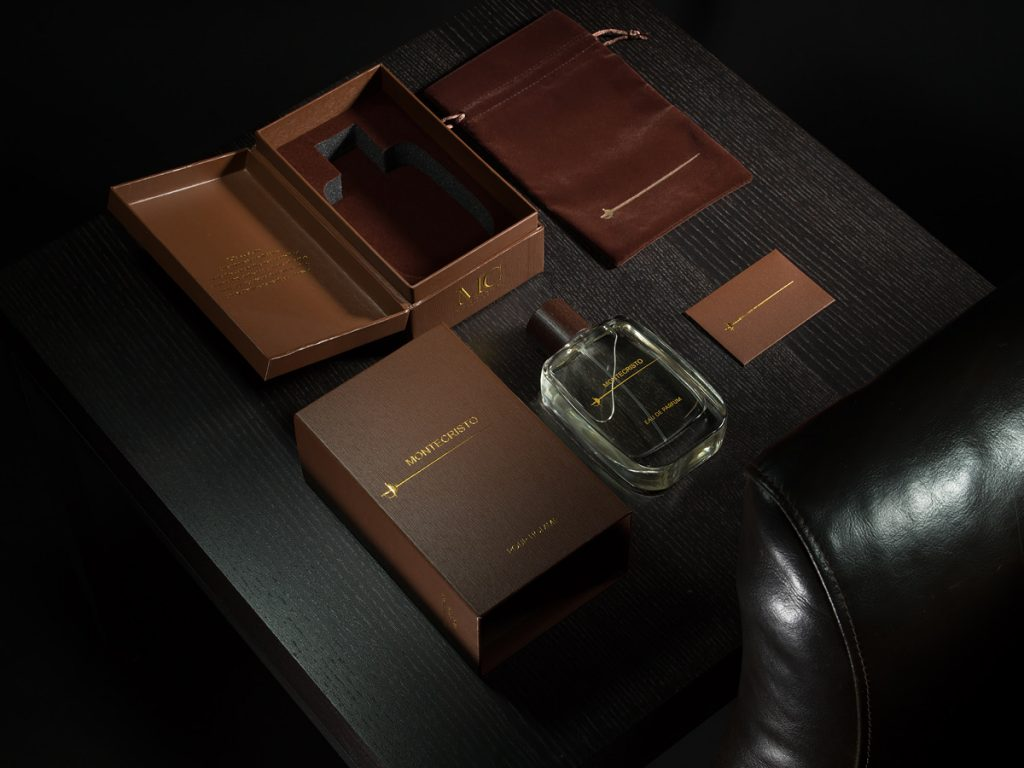 Montecristo parfymflaska med accessoarer.
