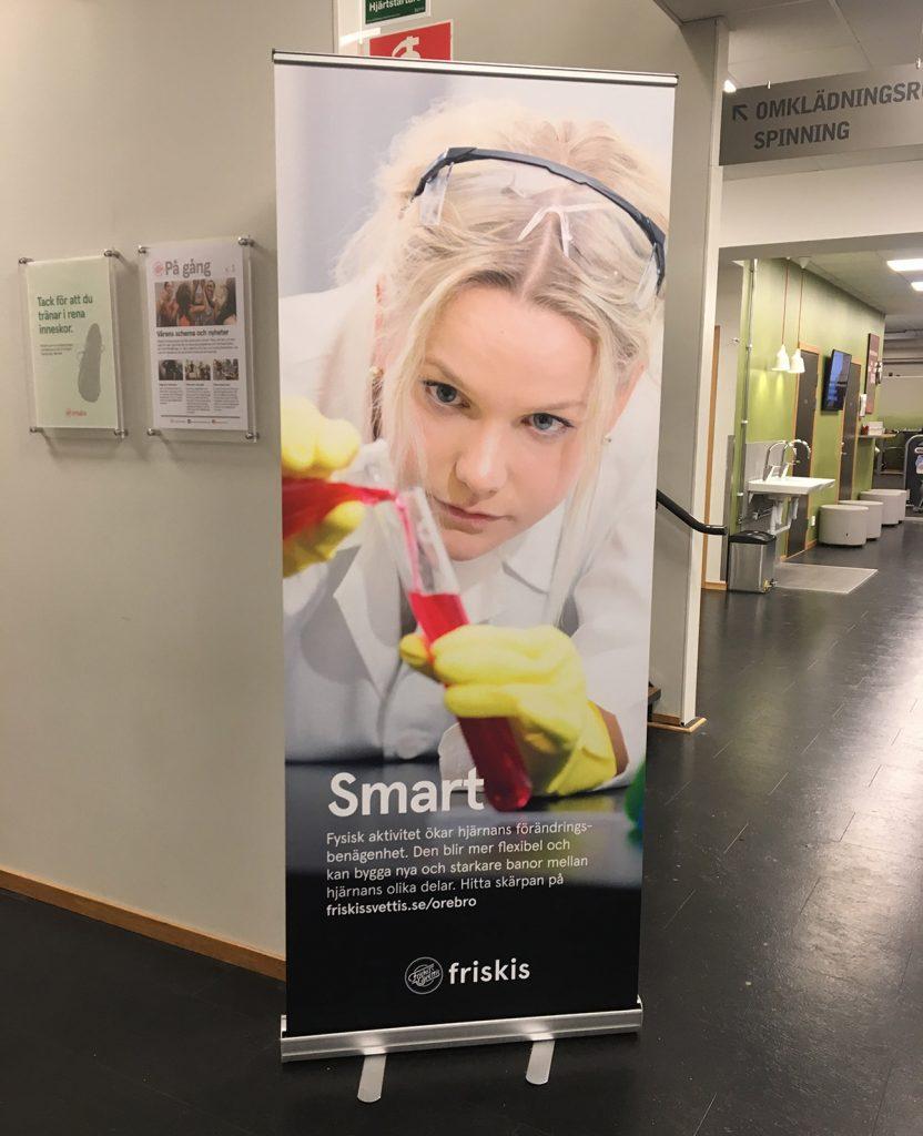 Reklambilder från fotografering åt Friskis & Svettis, rollup på ett av gymmen. Foto: SHOOT IT Film & Foto i Örebro