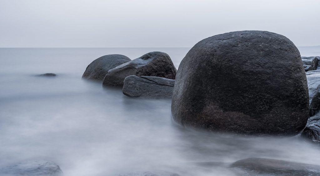 Landskapsfoto med lång slutartid, stenar i vattnet vid Varberg Kusthotell, Hasselblad X1D II 50c. Foto: Markus Pettersson, SHOOT IT Film & Foto AB