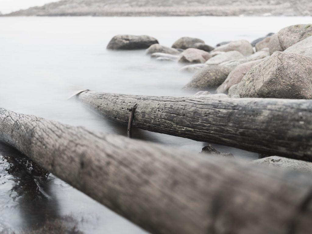 Landskapsfoto, gamla stockar i vattnet vid Varberg Kusthotell, Hasselblad X1D II 50c. Foto: Markus Pettersson, SHOOT IT Film & Foto AB